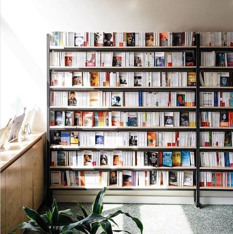 Librairie de Verdun   C'est une librairie de quartier indépendante et agréée (membre de l'Association des Libraires du Québec) offrant un éventail de choix suffisamment large pour plaire à tout le monde.  https://lalibrairiedeverdun.com/