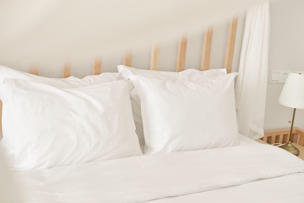 我们参考星级酒店标准选用金可儿床垫、羽绒被和羽绒枕只为酣淳的睡眠