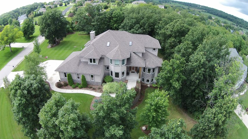 Large Executive Home minutes Erin Hills - US Open - Pewaukee - Hus