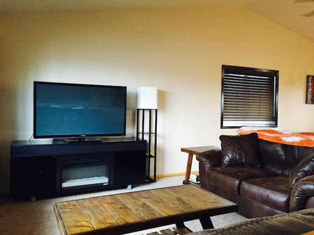 LARGE HOME w/POOL TABLE & PROJECTOR, PRIVATE BDRM - Sioux Falls