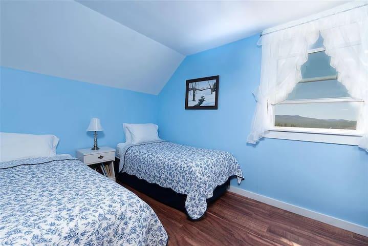 Bedroom 11 - 2 Twin Beds