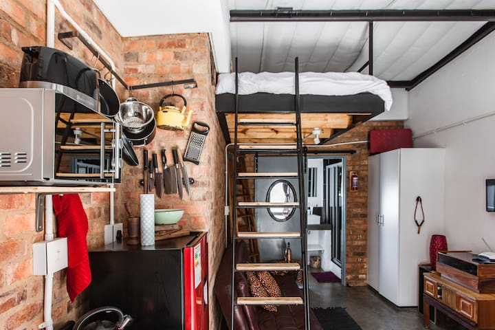 An Afrocentric classic studioapartment in Maboneng