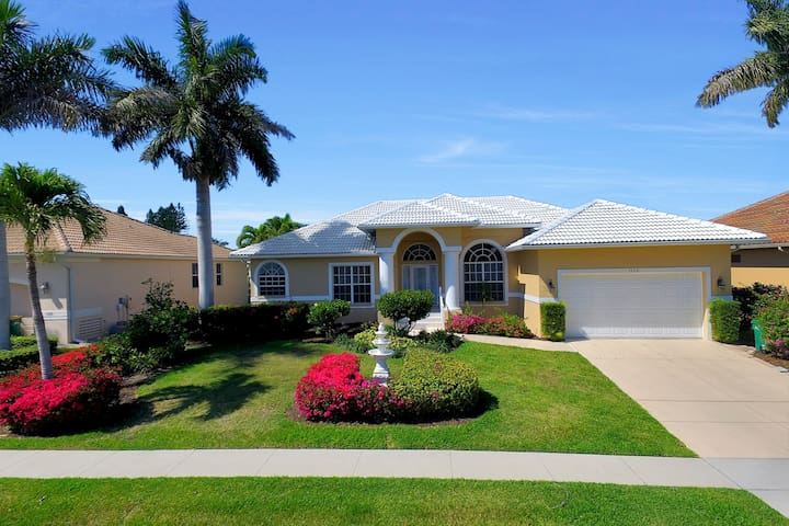 One block from everything! - Marco Island - House