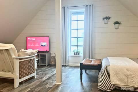 Fernweh Loft: trendy private suite, sleeps 4
