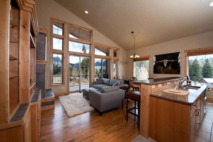 Luxury Ski In/Out townhome on Creek - Views - Private Hot Tub - Ping Pong