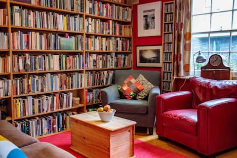 En-suite room in cosy east-end book-lined flat