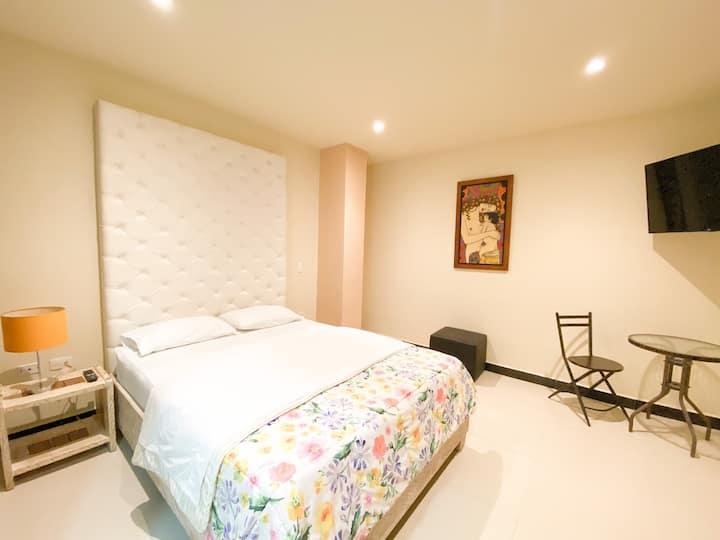 Habitación de Hotel con cama doble nueva.
