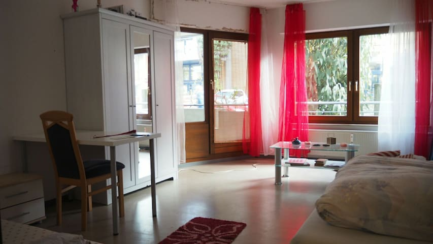 Large room with balcony close distance city center - Stuttgart - Bed & Breakfast