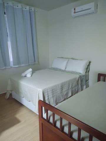 Quarto com cama de casal + Cama de solteiro