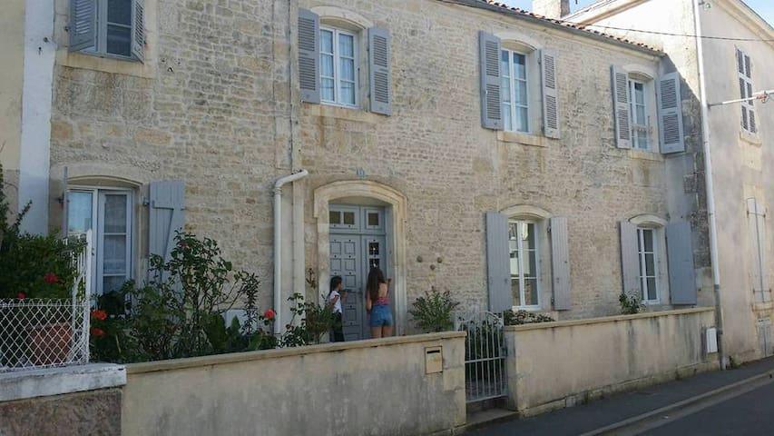 Maison de ville dans le Centre Historique de Luçon - Luçon - Adosado