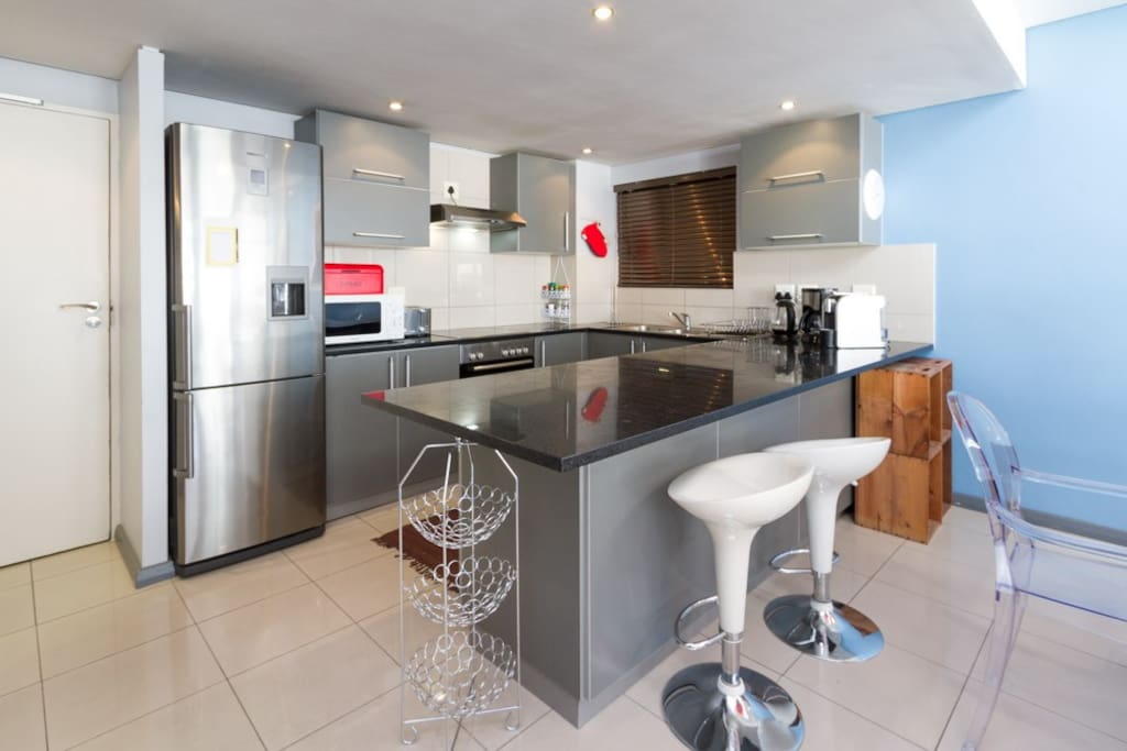 Modern and comfortable top floor 3bdrm in cbd apartments for Kitchen tops cape town