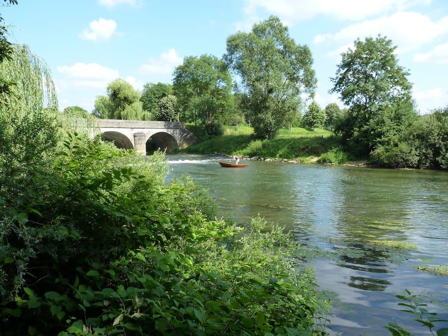 Vue sur le pont sur l'Ognon depuis le Parc