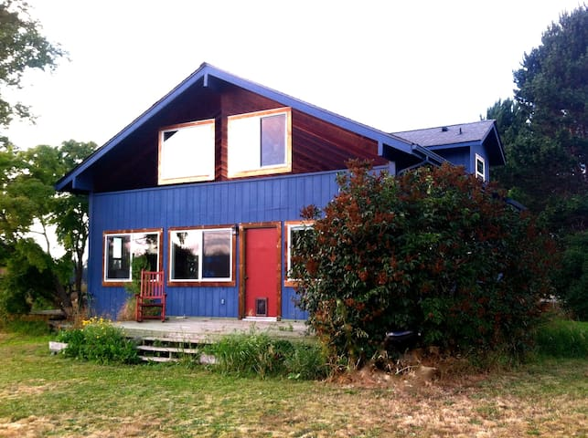 Quiet country family home with mountain view - Sequim