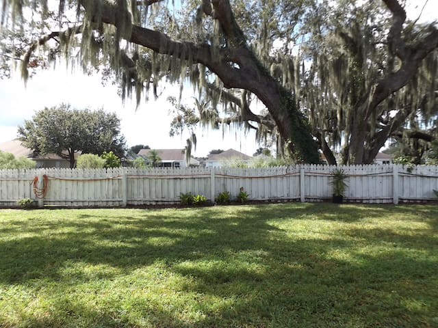 5 Star SuperHost- White Room - The Real Florida - Riverview - Casa