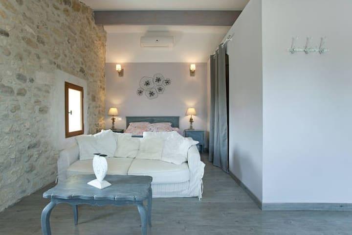 Chambre d'Hôtes avec terrasse dans Mas de Village - Fournes - Bed & Breakfast