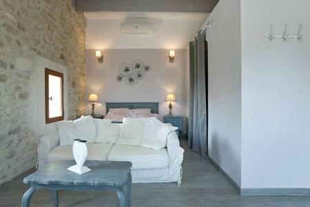 Chambre d'Hôtes avec terrasse dans Mas de Village - Fournes