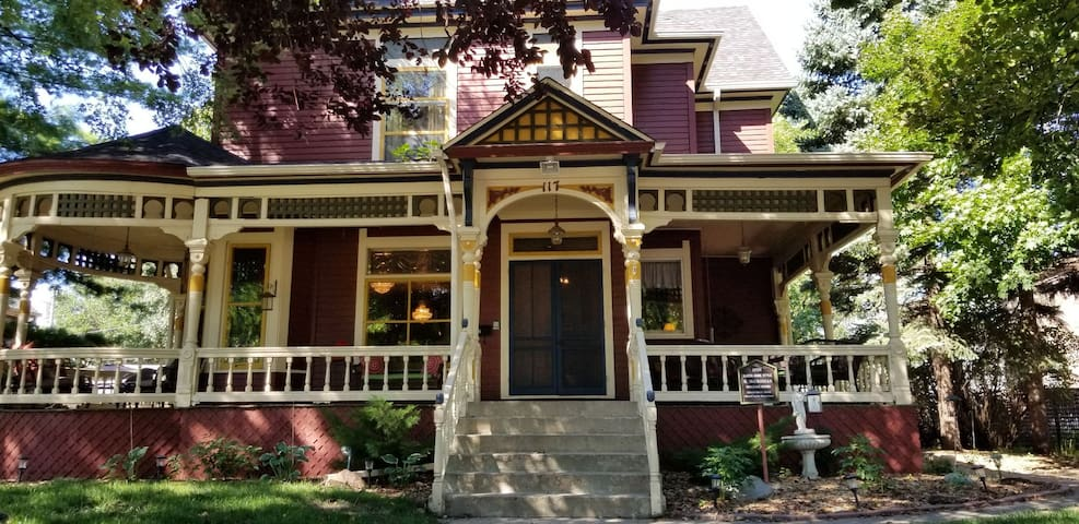Historic Victorian Inn Downtown (8 Bed 6 Bath)