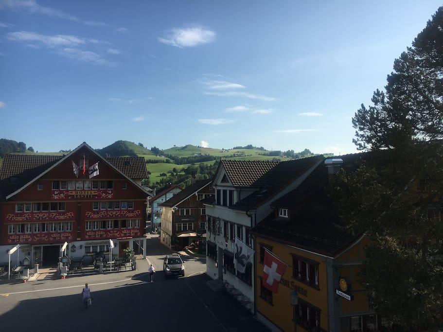Blick von der Terrasse des Hauses auf den Landsgemeindeplatz