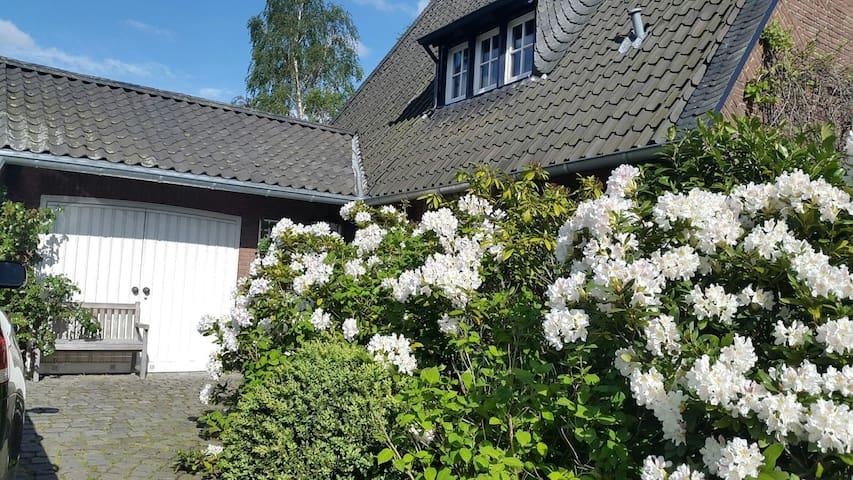 Privatzimmer mit Balkon in Villa mit Garten