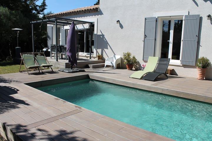 Maison avec piscine au calme proche d'Avignon