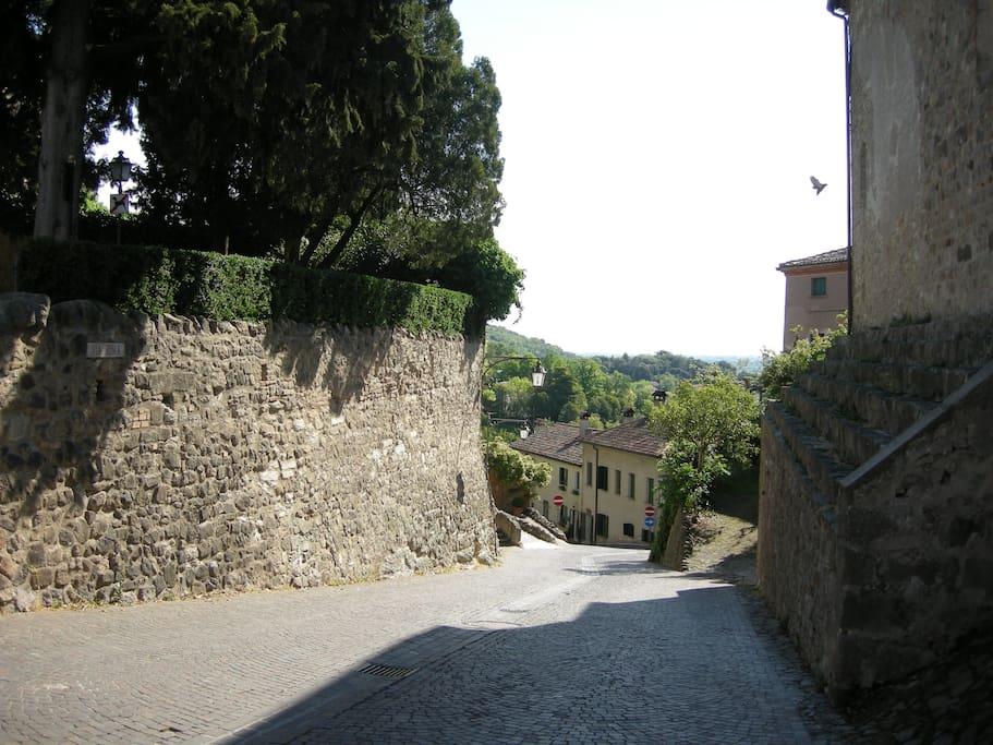 dalla sommità del borgo: via Spinei è la stradina che si scorge a sinistra dopo il  muro