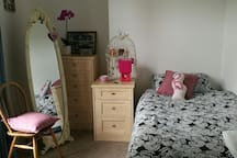 Cosy quiet room close to the city centre and river