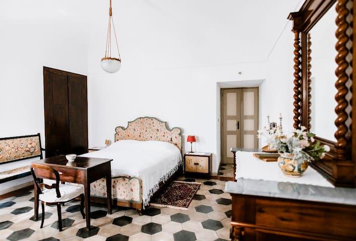 Camera patronale molto luminosa con arredamento orignale |  Very bright master bedroom with original furnishings
