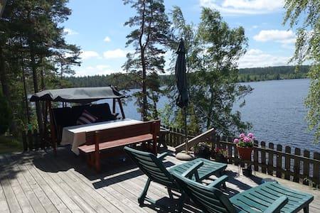Björkhem: härligt sjönära boende med gott om plats - Hultsfred - Zomerhuis/Cottage