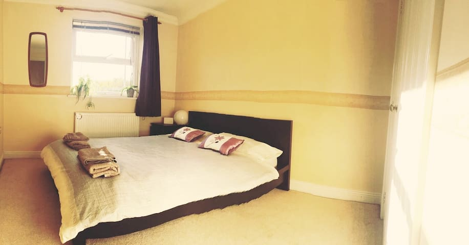 Town centre double room with ensuite bathroom - Andover