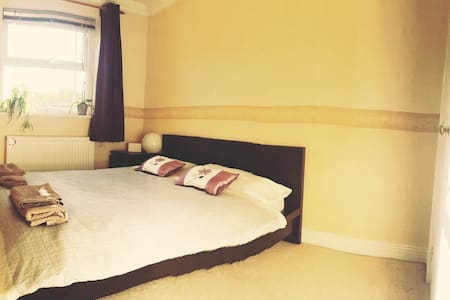 Town centre double room with ensuite bathroom - Andover - Stadswoning