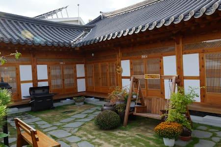 [예쁨.더] 한옥마을 경기전 바로 옆 한옥숙박 더 머뭄입니다❤️ - Wansan-gu, Jeonju - Aamiaismajoitus