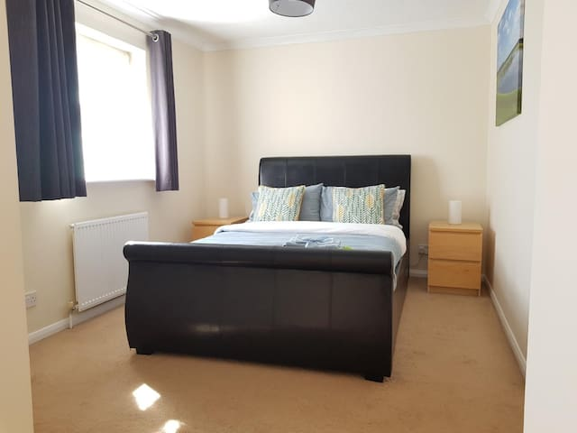 Large quiet double room in Northampton, nearJ15 M1
