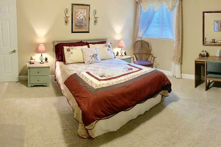 Monroe Street Suites: Room Four (Queen Bed)