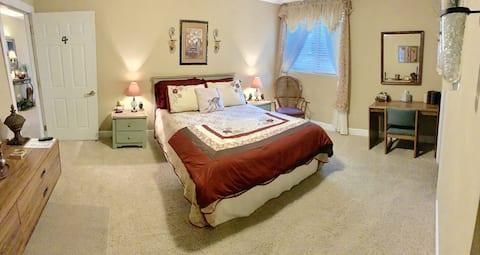 Monroe Street Suites: Room Four (Queen Bed)