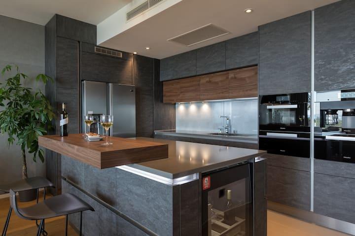 Glamorous Gabby Luxury Sea View Apartment
