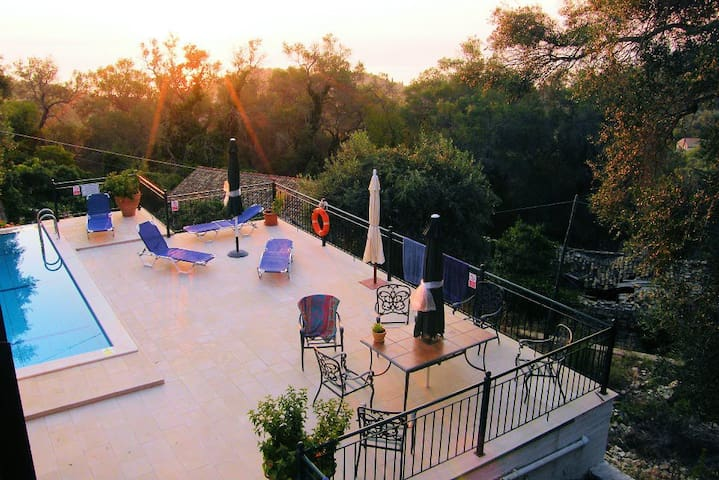 Villa Thea: secluded with pool, a/c and views