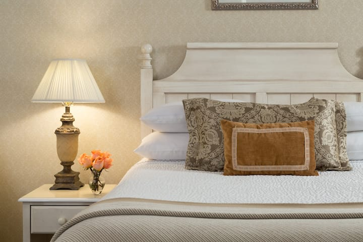 Historic carriage house room steps from restaurants and attractions