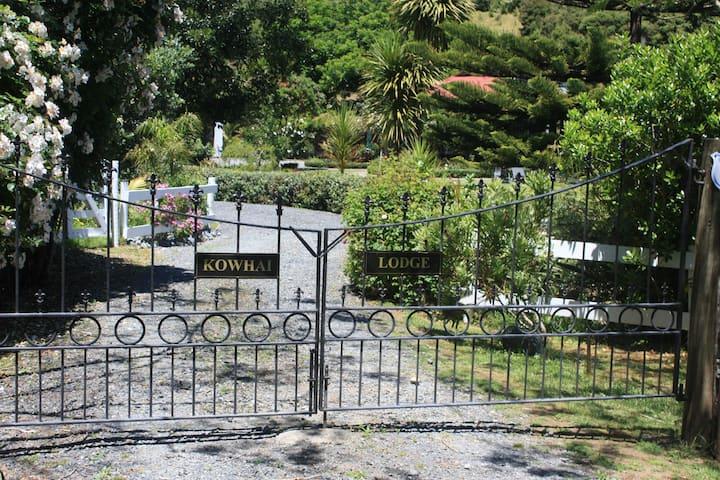 Kowhai Lodge: A Holiday Haven on  Tutukaka Coast
