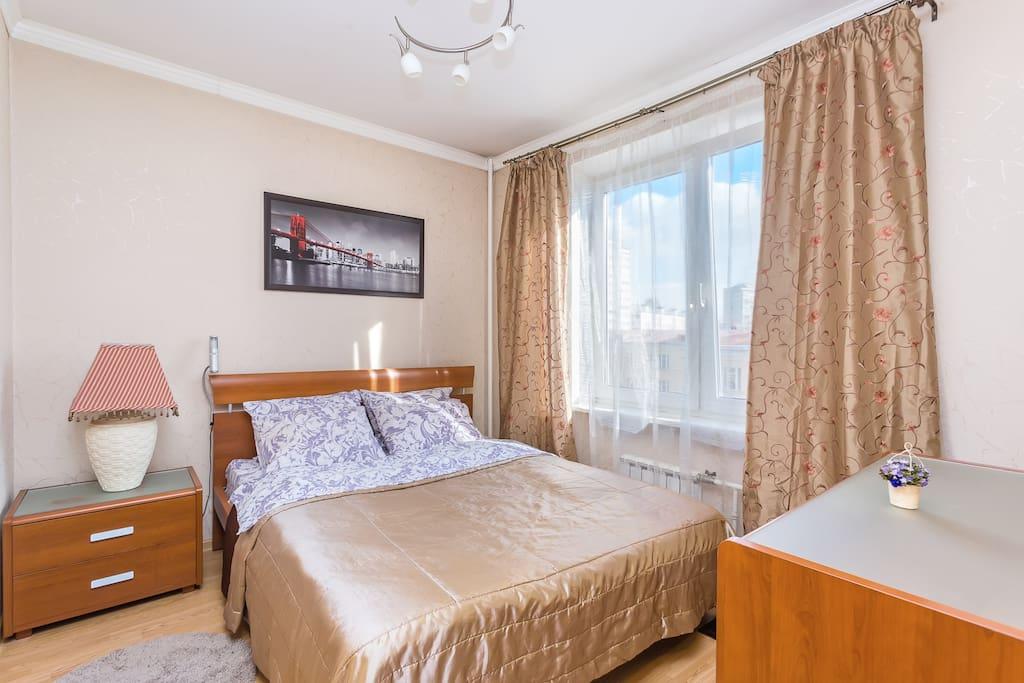 Спальня с большой кроватью и удобным матрасом.