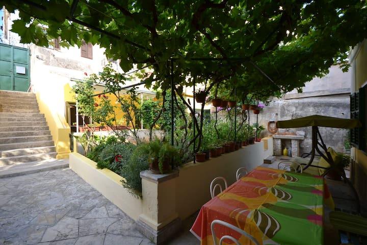 Captain's Garden House-free parking