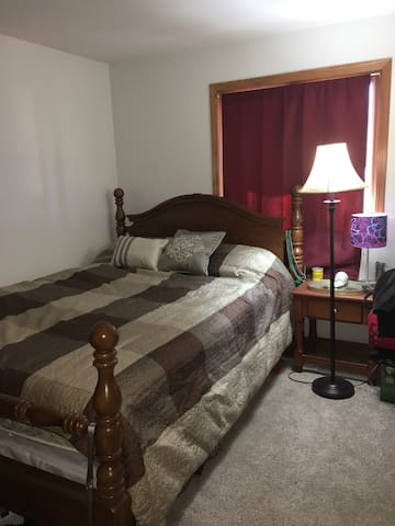 Queen sized bed, exercise room. Close to downtown!