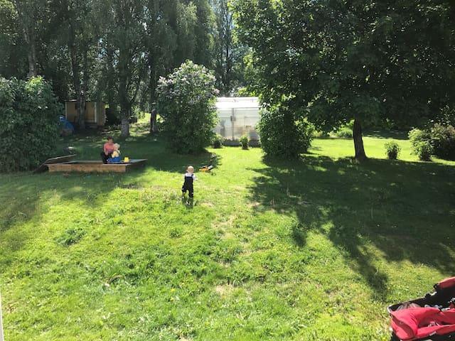 Villa med stor trädgård