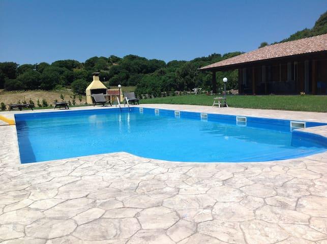 La grande piscina e il barbecue