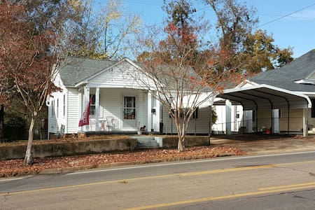 Charming, Clean 2BR House, Downtown Starkville - Старквилл