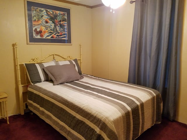 Full bed/bath close to Springs/Hospitals/Events!