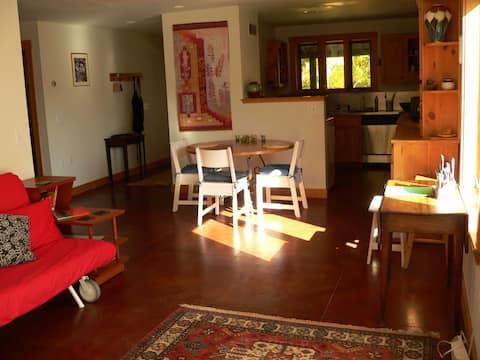 Spacious lakeside 1 bdrm apartment