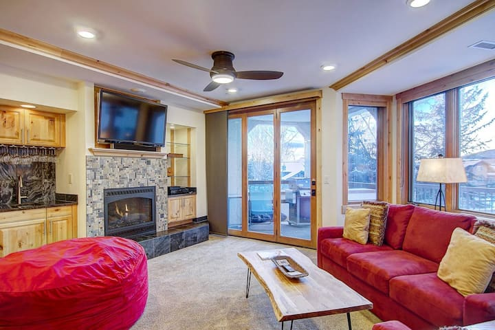 HOT TUB/POOL/GYM OPEN! AC, Walk to Ski, Garage, Elevator, Private Grill, Fireplace, Deck