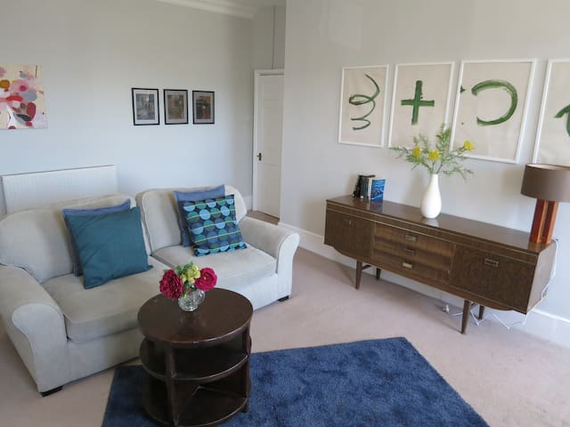 Stunning 1 bed apt in centre with private carpark