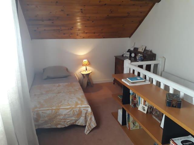 Palier à l étage et ses deux lits une place
