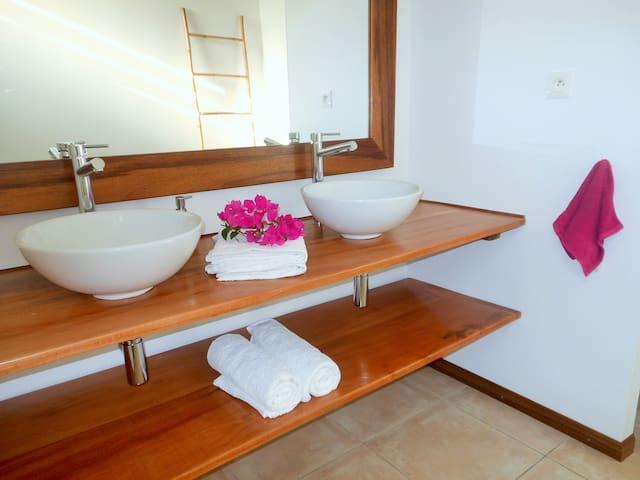 Grande salle de bain avec douche à l'italienne.